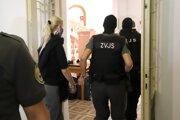 Obvinenú bývalú štátnu tajomníčku ministerstva spravodlivosti SR za Smer Moniku Jankovskú privádzajú na Špecializovaný trestný súd.