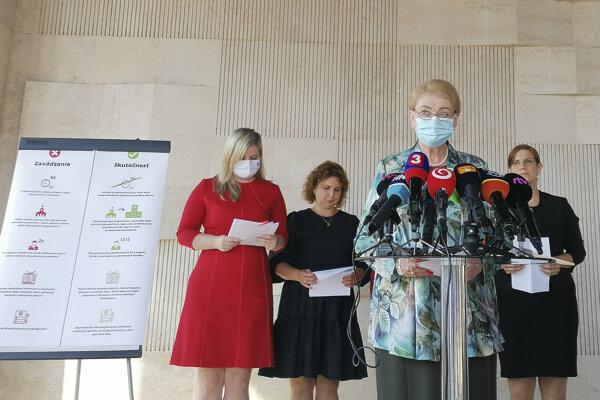 Poslankyne Národnej rady SR z Klubu OĽANO, zľava Anna Andrejuvová, Katarína Hatráková, Anna Záborská  a Lucia Drábiková počas brífingu Mýty a fakty o návrhu zákona na pomoc tehotným ženám.