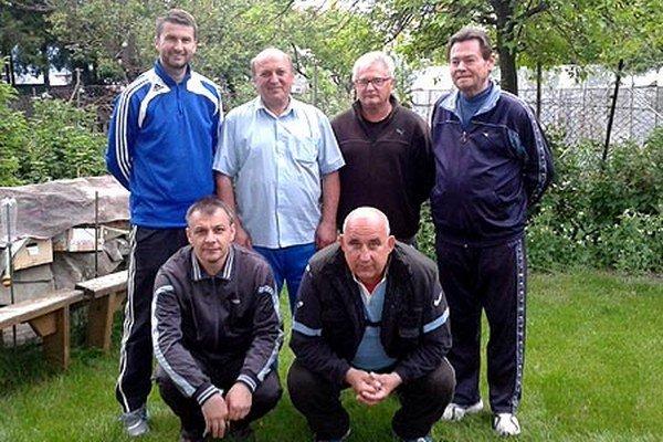 Futbaloví priatelia z Vrábeľ sa rozlúčili: hore zľava L. Prešinský, A. Kerimov, V. Nehéz, T. Hudeček, dolu J. Tvrdý a J. Jaraba.