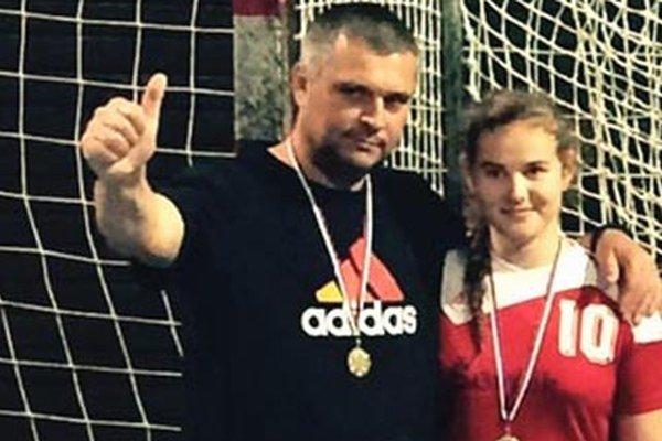 Najlepšia strelkyňa turnaja Barbora Lanczová s trénerom Rudolfom Petrikovičom.
