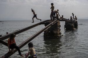 Deti utečencov sa zabávajú na pobreží ostrova Lesbos.