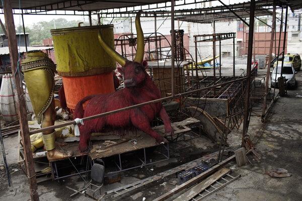Nedokončený alegorický voz v priestoroch školy samby the Unidos de Padre Miguel v brazílskom meste Rio de Janeiro. Karneval v Riu sa neuskutoční vo februári 2021, ako to bolo pôvodne naplánované.
