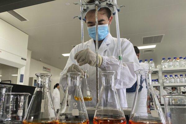 Pracovník v laboratóriu čínskej farmaceutickej spoločnosti SinoVac v Pekingu.