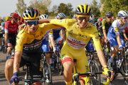 Tadej Pogačar (vpravo) a Primož Roglič počas Tour de France.