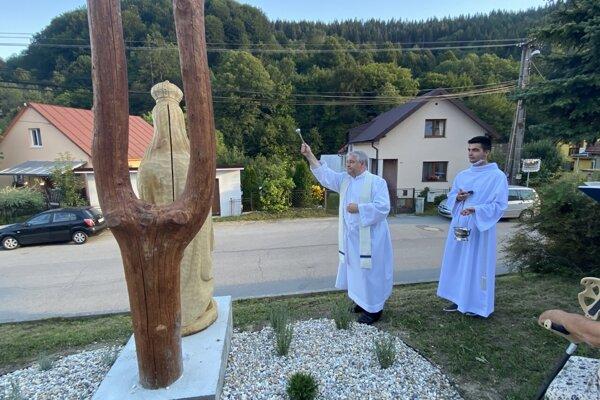 Vysvätenie sochy Panny Márie Kráľovnej v Povine.