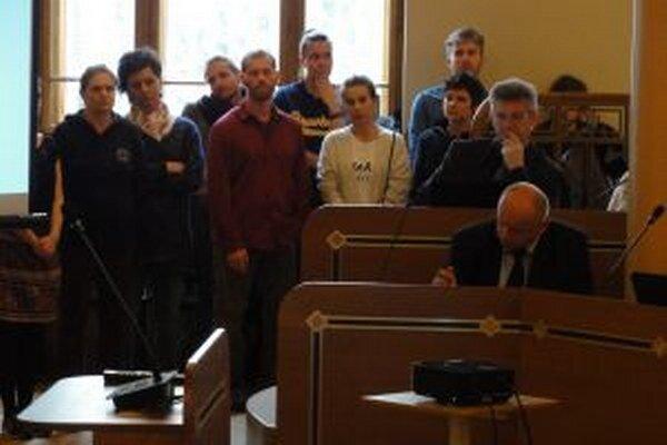 Umelci protestovali na zasadnutí krajského parlamentu proti rozhodnutiu komisie, ktorá za riaditeľa divadla vybrala herca Romana Valkoviča. Poslanci následne vypísali druhé výberové konanie.