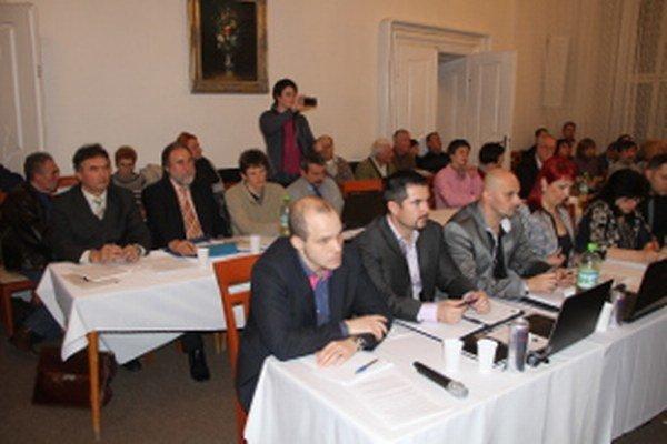 Radnica neodpovedala, či mesto neuvažuje, že by sa obrátilo na iné samosprávy s radou, ako ukončiť rokovanie v prijateľnom čase. Na snímke sú mestskí poslanci.