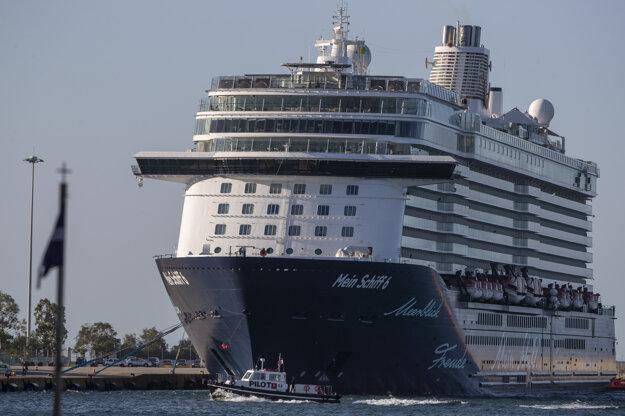 Koronavírus vo svete: Loď Mein Schiff 6 v prístave Pireus neďaleko Atén 29. septembra 2020.