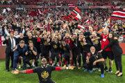 Futbalisti Honvédu Budapešť pózujú po triumfe v Maďarskom pohári, keď vo finále zvíťazili nad Mezőkövesd Zsóry 2:1 v júni tohto roka. Finálový zápas sledovalo v Budapešti 10 000 fanúšikov.