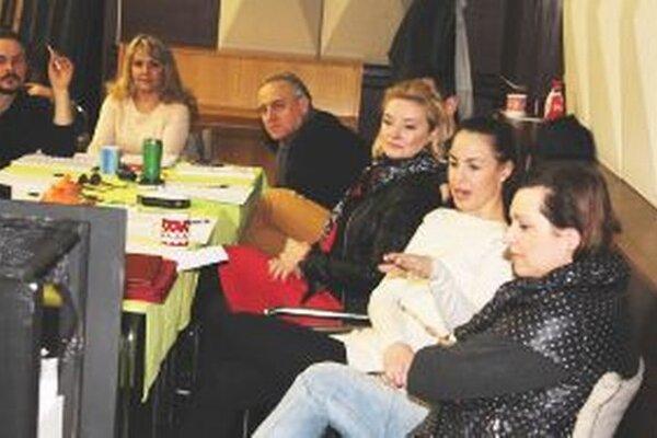 Herci a tvorcovia počas prvej čítačky.