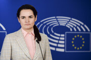 Bieloruská opozičná líderka Sviatlana Cichanovská čaká na začiatok tlačovej konferencie s predsedom Európskeho parlamentu Davidom Sassolim po ich stretnutí v Európskom parlamente v Bruseli 21. septembra 2020.