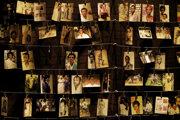 Na archívnej snímke z 5. apríla 2019 rodinné fotografie zavraždených ľudí počas výstavy na pamiatku tých, ktorí zahynuli počas rwandskej genocídy v roku 1994, v Pamätnom centre genocídy v Kigali.