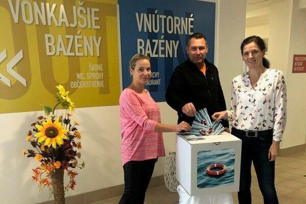 Do celoslovenskej iniciatívy, ktorá dnes odštartovala, sa vhodením prvých pohľadníc zapojili aj pracovníci spoločnosti Aquapark Kováčová.