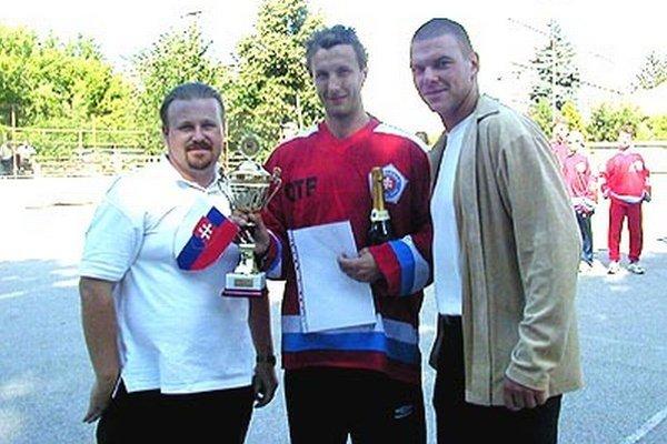 Spomienka na jeden z prvých ročníkov ešte na ihrisku za Dominom. Zľava Gilbert Fúska, Miroslav Štefanka a Jozef Stümpel.