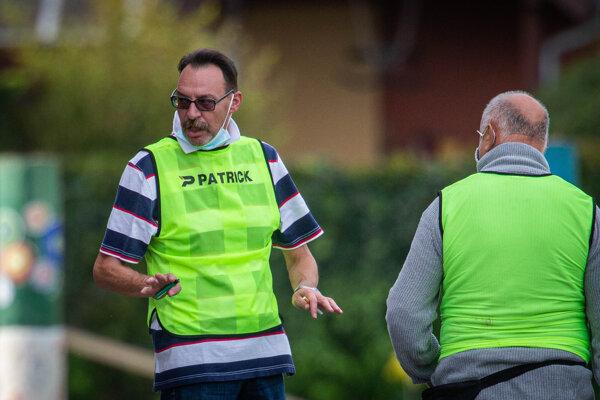 Cigaretka a zapaľovač. Bývalý generálny prokurátor a exšéf futbalového klubu v Hamuliakove Dobroslav Trnka (57) bol v sobotu v plnom nasadení. Jeho zverenci však na domácom ihrisku prehrali s Mostom pri Bratislave 2:3
