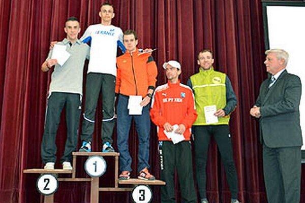 Na snímke piati najlepší muži v behu na 15 km.