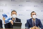 Zľava: Minister financií Eduard Heger a riaditeľ Útvaru hodnoty za peniaze Štefan Kišš počas tlačovej konferencie, na ktorej predstavili Národný integrovaný reformný plán - Moderné a úspešné Slovensko.