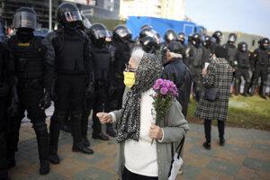 Bieloruská dôchodkyňa pred policajným kordónom.