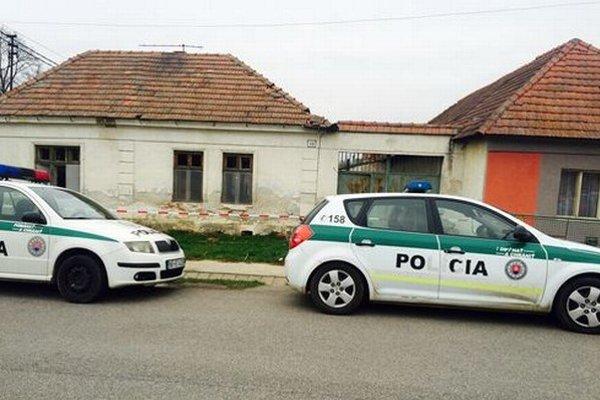Pred domom v Jelšovciach stoja policajné autá.