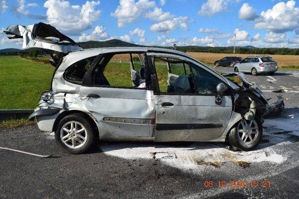 Nehoda pri križovatke na Dolnú Strehovú si vyžiadala dve ťažké zranenia.