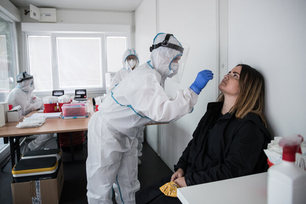 Antigénové testy sú rýchle, no musíte si nechať spraviť výter z nosohltanu.