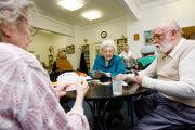 Seniori v domovoch sú v dôsledku zákaz návštev v nich pre koronavírus družnejší. Ilustračné foto.