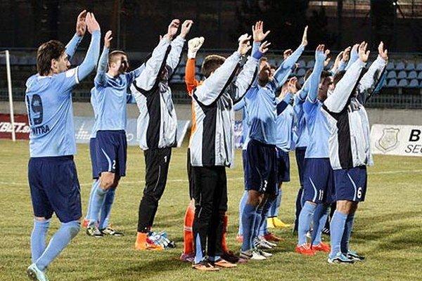 """Po víťazstve 4:1 sa futbalisti Nitry tešili so svojimi """"ultras"""", ktorí mali svoje miesto na hlavnej tribúne."""