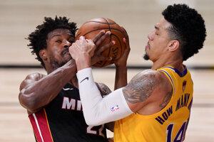 Jimmy Butler a Danny Green (vpravo) vo finálovej sérii NBA Miami Heat - Los Angeles Lakers.