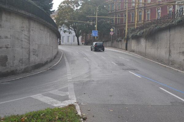 Miesto nehody. Autobus prichádzal po hlavnej v ľavom pruhu, fabia mu zľava vošla do cesty.