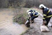 Hasiči počas povodne pri Medzeve v roku 2010.