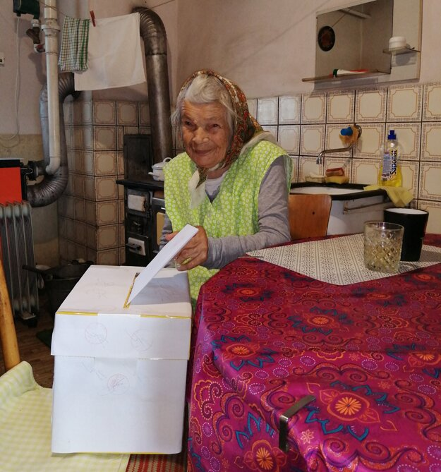 V Abramovej volila aj najstaršia obyvateľka obce Paulína Chovanculiaková, ktorá má 94 rokov.