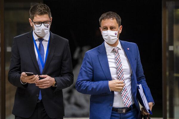 Minister financií Eduard Heger (vpravo) a jeho hovorca Pavol Kirinovič prichádzajú na rokovanie vlády v Bratislave 14. októbra 2020.