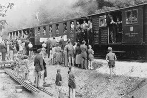 Vagóniky praskali vo švíkoch a okolie trate bolo plné zvedavcov.