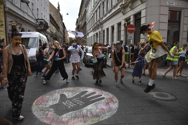 Študenti prestížnej Univerzity divadelných a filmových umení a ich sympatizanti vytvorili ľudskú reťaz, aby demonštrovali za autonómiu tamojších univerzít v Budapešti 6. septembra 2020.