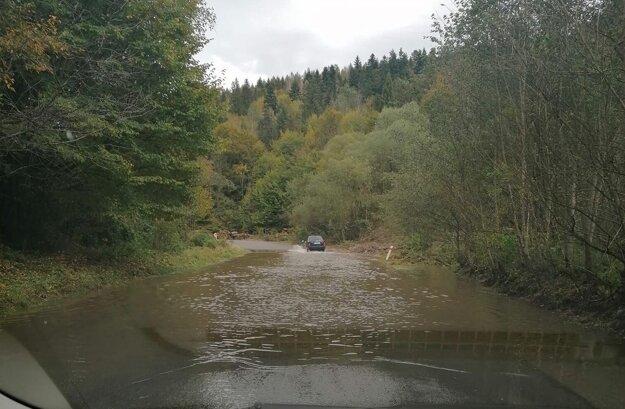 Cestu medzi Kojšovom a Veľkým Folkmarom opätovne zalieva voda.