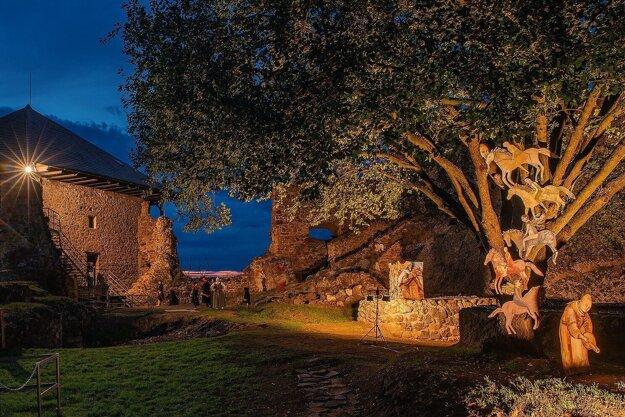 Atmosféra počas večerného fotenia na Fiľakovskom hrade.