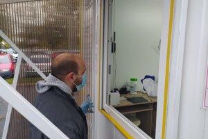 Odbery na testy na prítomnosť nového koronavírusu robia aj pred nemocnicou v Nových Zámkoch.
