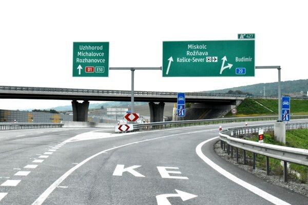 Správny smer si niektorí vodiči vyberajú v poslednej chvíli.