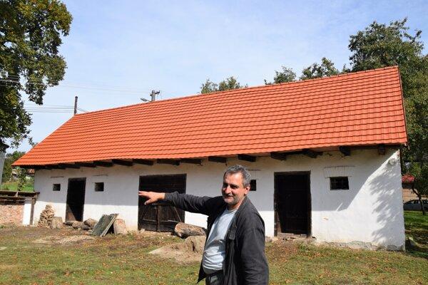 Starosta Polichna Pavel Kyseľ ukazuje, že má pribudnúť aj nová brána na vstupe do rodného domu známej spisovateľky.