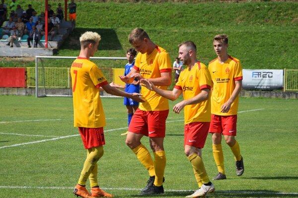 Daniel Hundák (druhý zľava) aPeter Jasenovský (tretí zľava) patria nielen medzi najlepších strelcov Bánovej, ale aj celej III. ligy.