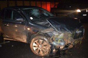 Policajti vyšetrujú, kto sedel za volantom tohto auta.