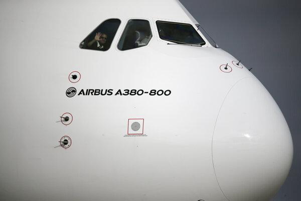 Člen posádky máva z kokpitu európskeho výrobcu lietadiel Airbus A380-800.