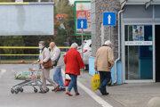 Seniori majú opäť vyhradené hodiny na nakupovanie. Mesto zatiaľ donášku potravín neobnovilo.