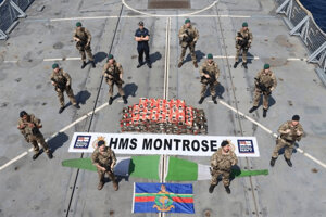 Vojaci z HMS Montrose so zadržanými drogami.