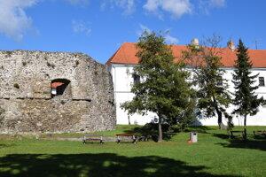 Park sa nachádza v susedstve Levického hradu.