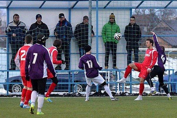 """Vpravo v červenom Samir Nurkovič, ktorý """"vyrobil"""" penaltu a aj ju sám premenil."""