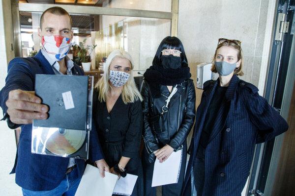 Hovorca a signatár iniciatívy Klíma ťa potrebuje Michal Sabo, Marta Fandlová z iniciatívy Mladí za klímu, spoluzakladateľka Inštitútu pre rozvoj udržateľnej módy Zuzana Dutková a modelka a aktivistka Natália Pažická počas brífingu a odovzdania podpisov petície Klíma ťa potrebuje pred budovou Národnej rady. Bratislava, 22. október 2020.
