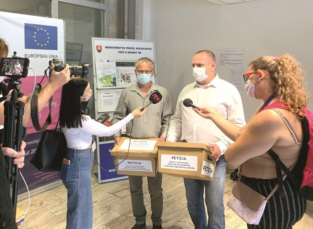 V septembri odovzdali petičiari na čele s Ľubomírom Sečkárom petíciu na ministerstve práce. V pondelok o nej rokovali so zástupcami ministerstva.