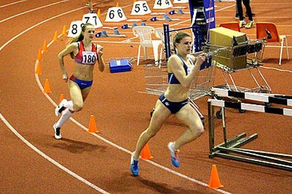 Vpredu Daniela Ledecká, víťazka behu na 400 m.