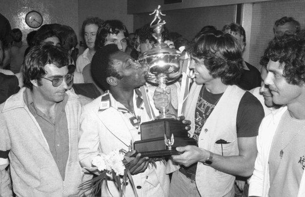 Na archívnej fotografii z 29. augusta 1977, ako futbalista New York Cosmos, bozkáva trofej po víťazstve Severoamerickej futbalovej lige.